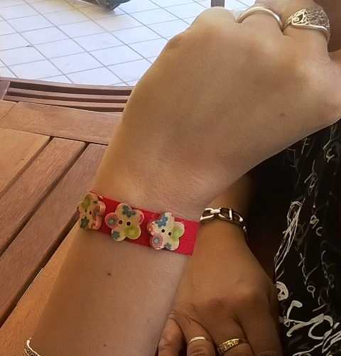 Festa della mamma: braccialetto DIY con bottoni